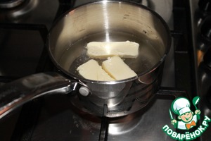 Put in a saucepan butter, sugar, salt, pour water and put on medium heat until until the butter is melted.