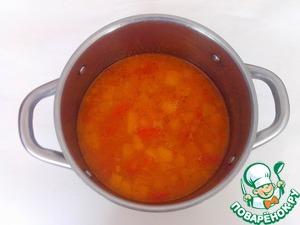 Овощи переложить в кастрюлю, влить горячий овощной бульон, посолить по вкусу и варить до готовности овощей (5-10 минут).