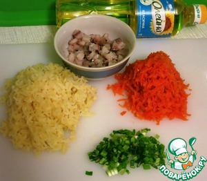 Морковь и картофель натереть на крупной терке. Лук и селедочное филе мелко порезать.