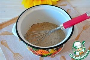 Для шоколадно-миндального крема в кастрюльке смешаем яйцо, сахар, муку и просеянное какао, вливаем теплое молоко