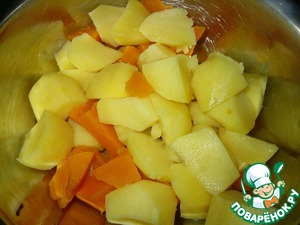 Peeled potatoes and pumpkin cut into small pieces and boil in salted water until tender