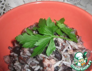 Готовое блюдо разложить по порционным тарелкам. Сбрызнуть растительным маслом. Украсить зеленью.