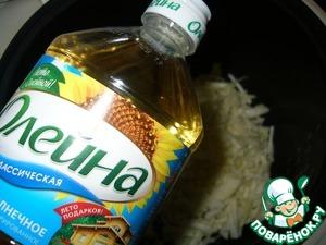 """Капусту мелко нашинковать и обжарить в 2 ст. л. растительного масла ТМ""""Олейна"""" до золотистого цвета. Затем добавить воду, посолить по вкусу, закрыть крышкой и тушить до готовности"""