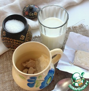 Взбодрим дрожжи. Положить их в кружку, добавить чайную ложку сахара, столовую ложку муки и налить полстакана теплого молока.