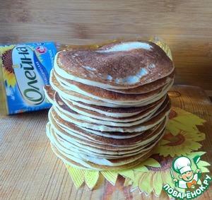 Из отдохнувшего теста печём небольшие блинчики. Сковородку при необходимости смазываем кисточкой, смоченной в подсолнечном масле Олейна.