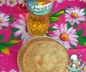 Fry in sunflower oil pancakes according to your favorite recipe, but keep in mind that crepes should be savory as the filling is vegetable.