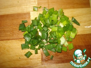 Finely chop green onions.