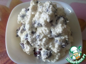 The filling of cottage cheese and dried cranberries for the chocolate pancakes ready.