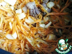 Add onions and carrots to the meat, stir and stew for 10 minutes