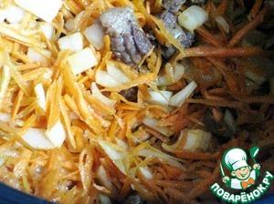 Добавить лук и морковь к мясу, перемешать, протушить 10 минут