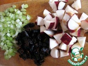 Нарезать чернослив, сельдерей и яблоко.