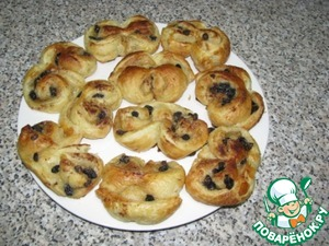 The finished buns spread on a dish, allow to cool