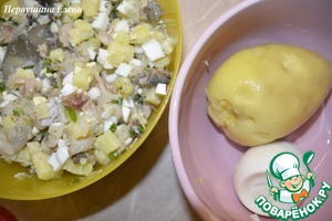Potatoes and eggs to boil. Cut into small cubes. Mix with the fish. Drain water from onions and add to the stuffing.