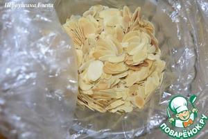 Лепестки миндаля немного обжарить на сухой сковороде и когда жидкости в начинке останется немного,