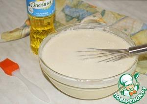 Яйца перетираем со щепоткой соли и понемногу добавляем молоко и просеянную муку, помешивая венчиком, чтобы получить однородное тесто.   Добавляем растительное масло и аккуратно перемешиваем!