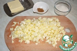 Приготовим начинку из карамелизированных яблок.   Чистим яблоки от кожуры и сердцевины, нарезаем мелким кубиком.