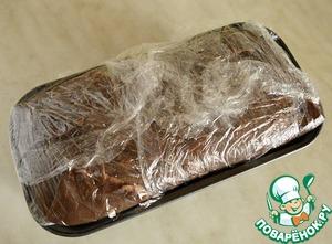 Третий ряд блинчиков покрываем кремом и подворачиваем свисающие края блинов. Укрываем пищевой пленкой и отправляем в холодильник для застывания на 2-3 часа.