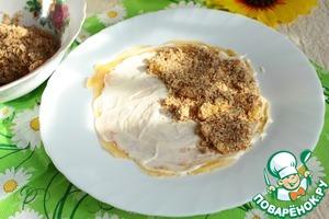 Поверхность блина намазать плавленным сливочным сыром. На половину выложить ореховую начинку.