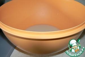 Поставьте опару, для чего влить в посуду (у меня на фото замесочное блюдо на 7 литров) 2 стакана теплой воды, развести дрожжи. Я использую свежие дрожжи.