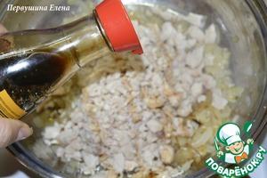 Добавить мясо и влить соевый соус.