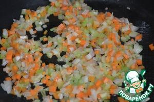 Готовим мирпуа, для этого лук, морковь, сельдерей и грудинку или бекон нарезам мелким кубиком, добавляем тимьян и обжариваем 10 минут на сливочном масле. Грудинку или бекон кладут по желанию, они придают блюду аромат и легкую солоноватость.