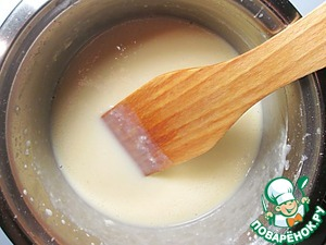 "Over medium heat bring mixture to boil with constant stirring with a spatula, but in no case do not boil. The cream should thicken and ready to cover the paddle with a thin layer. Once the cream is ready, immediately add the gelatin and white chocolate, stir to dissolve both. Leave the cream about a half hour, during this time, he needs to get a little ""grab""."