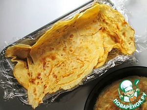 3-4 pancakes spread the bottom and sides of rectangular 10х22 cm, covered with cling film, paper or foil.
