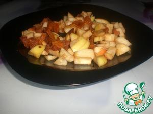 Порезать вымытую курагу и яблоки.