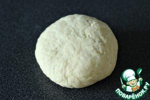 Из муки, воды, яйца, масла, соли замешиваем тесто. Вымешиваем, чтобы тесто стало мягким и эластичным. Кладём в полиэтиленовый пакет и оставляем на 20-30 минут, пускай отдохнёт.