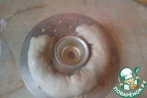 На смазанный маслом лист полукругом кладём рулет. Готовим на пару 40-50 мин.