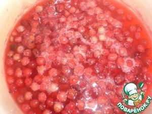 Для соуса бруснику залить водой - чтоб только покрывала ягоды, добавить сахар. Прогреть на огне, не кипятить.