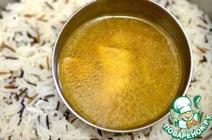 Рис готов и окорочка готовы. Соберите все соки с противня и полейте ими рис.