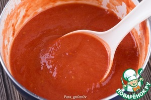 4. С томатов удалить шкурку и пюрировать блендером. Добавить ложку муки, немного подсолить (при необходимости) и все тщательно перемешать вместе с соком из-под томатов.