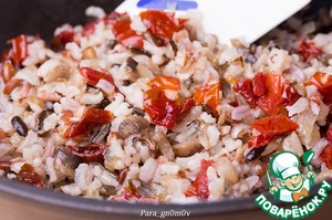 3. Mushrooms wipe with a damp cloth from dirt. The mushrooms and onions finely cut and fry until cooked. Sun-dried tomatoes and finely chop. Mix mushrooms, rice and tomatoes.