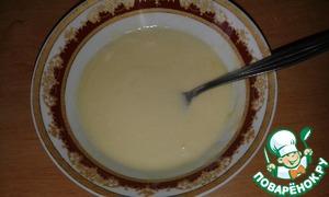 """Яйцо взбить с сахаром, солью, добавить сметану и растопленное сливочное масло. Просеять в миску муку, затем ввести в нее воду с дрожжами, яичную смесь, хорошо перемешать и оставить в теплом месте на 40-60 минут. Выпекать на смазанной растительным маслом """"Олейна"""" сковороде с двух сторон. Нам понадобится 8 блинов. Остальные можно съесть просто так или приготовить меньше теста"""