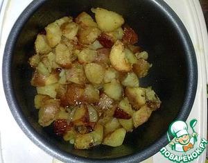 Обязательно открываем и помешиваем каждые минут 7 в течении всей готовки, что бы картошка не жарилась в большом количестве, а именно слегка запекалась. Минут через 15 добавить воды пол-рюмки, и сразу закрыть снова. Через 25-30 минут картошка готова.