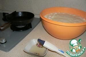 Начинать печь блины следует тотчас же после подъема теста. Хорошие блины получаются, если тесто подошло не менее 2-3 раз.