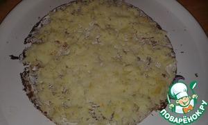 Для первого слоя выложить натертую на крупной терке 1 картофелину, посолить по вкусу