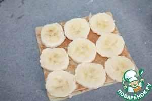 On regular pancakes put a pre-peeled banana and cut into slices.
