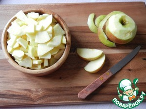 Prepare the Apple-cinnamon topping. Apples peeled and seeds and cut into slices.