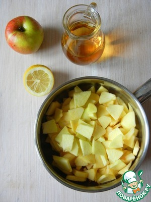 Spread Apple slices in a pan, add Apple and lemon juice and stir.  Put the saucepan on a low heat and cook under cover on medium heat (temperature) about 7 minutes. Then add sugar, fire (temperature) and cook to reduce until the juice thickens and the apples are soft, about 10 minutes (without a lid). At the end add the cinnamon.