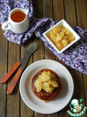 Готовые блинчики подаем теплыми с яблочно-коричным гарниром и кленовым сиропом. Приятного аппетита!