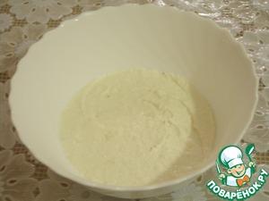 Для начинки взбиваем миксером или блендером творог, сметану, сахар и измельченный банан.