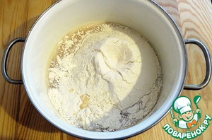 The flour added to the eggs and stir until a homogeneous dense mass.