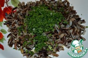 Добавить к приготовленному рису зелень, черный перец.