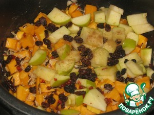The next layer sprinkle the washed raisins and chopped Apple. Pour water in the ratio of rice to 1.5:1