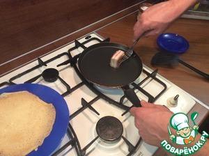 Разогретую сковороду смазать кусочком соленого сала (смазывать перед каждым блином)