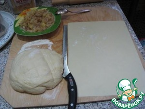 Coming up the dough spread on a floured surface, cut the necessary number of the test. cut into serving pieces, roll out into circles.