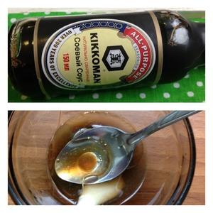 В чашке сделаем соус: нальем соевый соус, масло, сок половины лимона и мед. Тщательно перемешиваем и заправляем салат.    Салат перемешиваем и наслаждаемся неповторимым вкусом