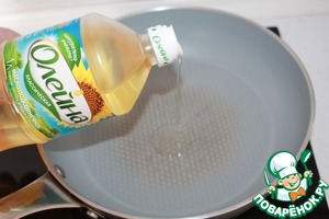 """Сковороду накаляем на максимальном огне. Добавляем растительное масло ТМ """"Олейна"""" классическое."""